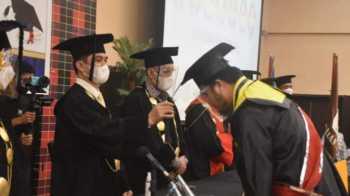 Pengukuhan 440 Wisudawan Universitas Tomakaka Mamuju Disaksikan Gubernur Ali Baal Masdar