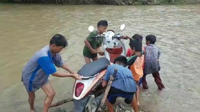 Tidak Ada Jembatan, Warga Arabua Polman Gotong Motor Menyeberangi Sungai