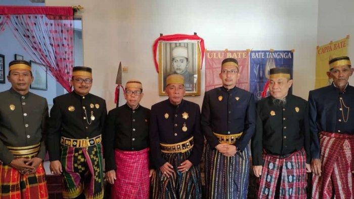 foto  bersama para perangkat adat kerajaan Binuang.