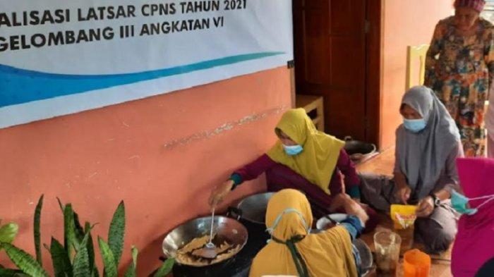 Puluhan Ibu-ibu Lansia di Katumbangan Polman Dilatih Membuat Rempeyek