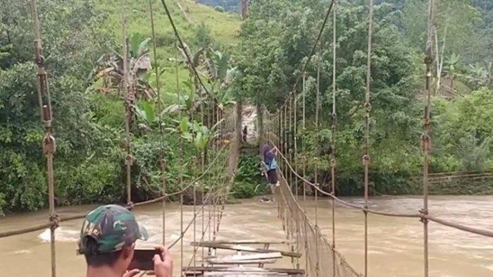 Potret Warga Pamoseang Mamasa Bertaruh Nyawa Lewati Jembatan Gantung Rusak: Sampai Kapan?