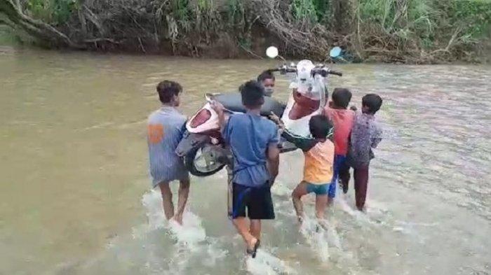 CERITA Siswa SD di Polman Tawarkan Jasa Gotong Motor Menyeberangi Sungai