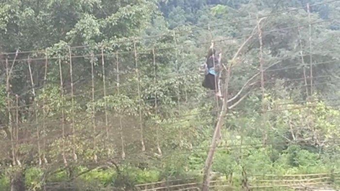 warga Pamoseang Mamasa menggelantung lewati jembatan