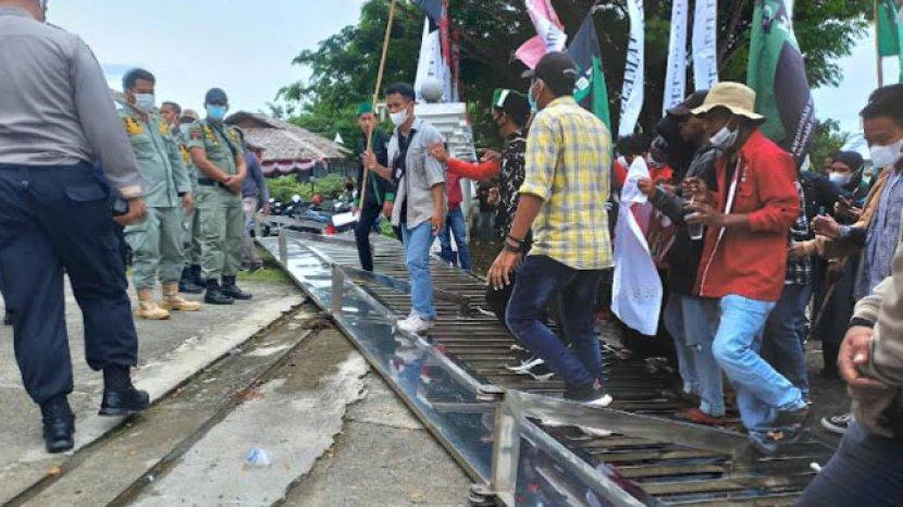 Gerbang-Kantor-DPRD-Sulawesi-Barat-tumbang-akibat-saling-dorong-massa-aksi.jpg