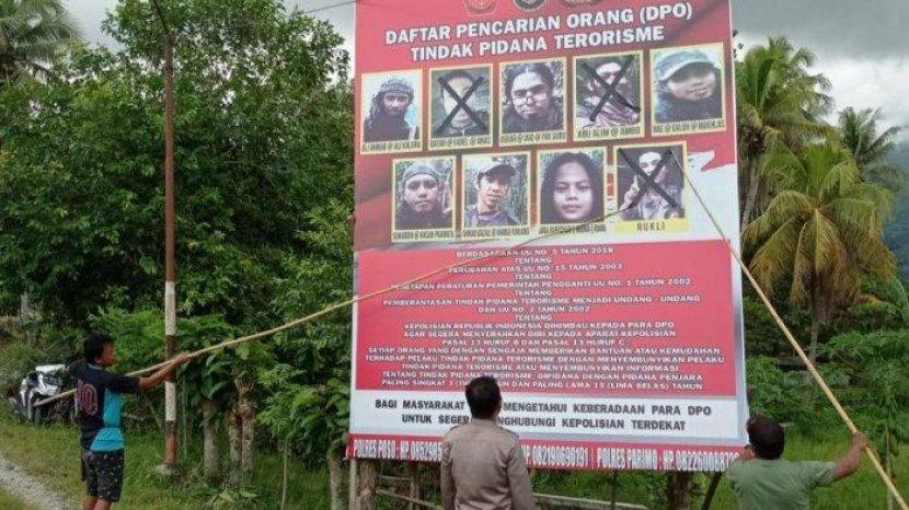 Satgas-Madago-Raya-memasang-baliho-DPO-teroris-Poso-di-beberapa-titik-wilayah-operasi.jpg