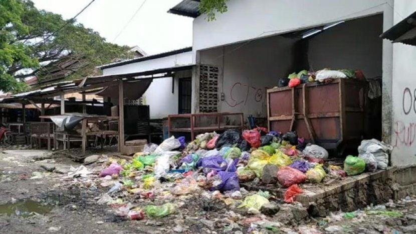 Tumpukan-sampah-di-Pasar-Tinambung-Polman.jpg