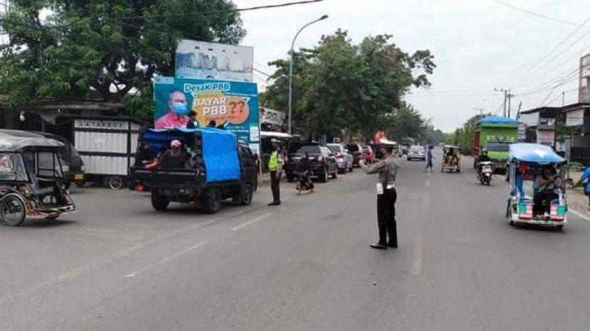 pengaturan-lalu-lintas-oleh-polisi.jpg