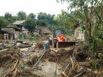 Alat-berat-membersihkan-material-longsor-jalan-penghubung-Desa-Burana-dan-Kelurahan-Lakahang-Mamasa.jpg