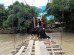 Anggota-Brimob-Polda-Sulbar-sedang-memperbaiki-jembatan-rusak-Senin-692021.jpg