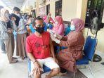 Anggota-komunitas-tukang-becak-dan-ojek-mengikuti-vaksinasi-massal-di-Polres-Majene.jpg