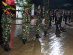 Aparat-TNI-dan-Polres-Polman-berbaris-untuk-upacara-di-Taman-Makam-Pahlawan-TMP.jpg