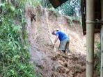 Asdar-tengah-membersihkan-material-longsor-yang-menimbun-rumahnya-di-Mamasa.jpg
