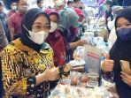 Bupati-Mamuju-Hj-Sitti-Sutinah-Suhardi-mengunjungi-stand-pameran-produk-unggulan-UMKM.jpg