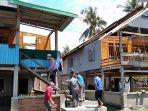 Bupati-Polman-Andi-Ibrahim-Masdar-kunjungi-korban-angin-puting-beliung-di-Desa-Buku.jpg