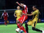 Gelandang-Persija-Jakarta-Braif-Fatari-tengah-berebut-bola.jpg