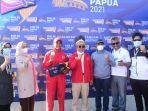 Gubernur-Sulbar-foto-bersama-atlet-dayung-Ramla-Baharuddin-usai-menerima-medali-perunggu.jpg