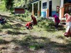 Guru-dan-tenaga-pendidik-SMPN-4-Mamuju-bersihkan-halaman-sekolah-Rabu-892021.jpg