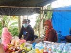 Ibu-Patimah-jilbab-orange-satu-diantara-pedagang-yang-mangkal-di-pinggir-jalan.jpg