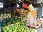 Ibu-Titi-49-penjual-buah-buahan-di-Pasar-Baru-Mamuju-Sulbar.jpg