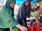 Ibu-rumah-tangga-Marlina-saat-membeli-cabai-di-Pasar-Lama-Mamuju.jpg