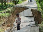 Jalan-di-Dusun-Lamaru-Desa-Simbang-Kecamatan-Pamboang-Kabupaten-Majene-Sulbar-putus-total.jpg