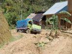 Kondisi-jalan-di-kecamatan-Bambang-ditanami-pisang-oleh-warga.jpg