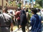 Mahasiswa-bentrok-dengan-aparat-kepolisian-saat-aksi-demo-penolakan.jpg