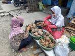 Masnawati-tengah-melayani-pembeli-di-Pasar-Sentral-Majene-Jumat-22102021.jpg