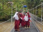 Pelajar-dusun-lelamun-desa-pamoseang-berfoto-di-atas-jembatan-gantung.jpg