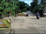 Pengendara-baik-roda-dua-dan-empat-saat-melintasi-di-jalan-Dusun-Sumakuyu-Desa-Onang.jpg