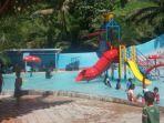Pengunjung-wisata-menikmati-wahana-bermain-di-Jordan-Water-Boom.jpg