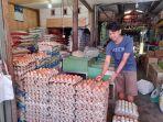 Penjual-telur-di-Pasar-Baru-Regional-Mamuju-Lucky-Rizky.jpg