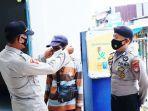 Personel-Polres-Memasangkan-masker-ke-wajah-seorang-pengayuh-becak.jpg