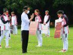 Presiden-Jokowi-memberikan-secara-simbolis-hadiah-untuk-para-atlet.jpg