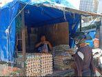 Saleha-46-seorang-pedagang-telur-di-Pasar-Sentral-Majene-saat-melayani-pembelinya.jpg