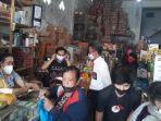Satreskrim-Polres-Mamasa-bagi-bagi-masker-di-pusat-pertokoan-Senin-982021.jpg