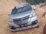 Sebuah-minibus-yang-melintas-di-Jalan-Trans-Sulawesi-dijatuhi-batu.jpg