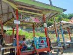 Sejumlah-pengunjung-tengah-menikmati-akhir-pekan-di-Pantai-Wisata-Dato-Majene.jpg
