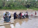 Sejumlah-siswa-dan-guru-Kecamatan-Alu-Polewali-Mandar-menuju-sekolah-menggunakan-rakit-bambu.jpg