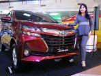 Seorang-tenaga-pemasaran-Kalla-Toyota-sedang-berdiri-di-samping-unit-Toyota-Avanza.jpg