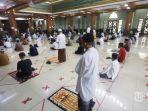 Sholat-Jumat-di-Masjid-Al-Markas-Al-Islami-Makassar.jpg