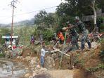 TNI-Polri-dan-masyarakat-Desa-Banea-Mamasa-bergotong-royong-bangun-talud.jpg