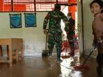 TNI-dan-sejumlah-murid-SD-di-Polewali-Mandar-membersihkan-material-lumpur-yang-membanjiri-sekolah.jpg