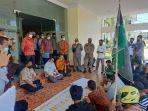 Wakil-Bupati-Majene-Arismunandar-duduk-melantai-bersama-massa-aksi.jpg