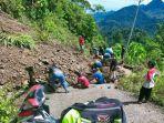 Warga-Marano-gotong-royong-perbaiki-jalan-akibat-longsor-Senin-1392021.jpg