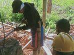 Warga-bergotong-royong-memperbaiki-rumah-Camat-Mehalaan-Mamasa.jpg