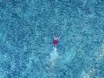 Wisatawan-lokal-sedang-berenang-di-laut-sekitar-Pantai-dato-Majene-Sulawesi-Barat.jpg