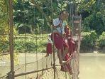 potret-anak-SD-di-Mamasa-Sulbar-meniti-tali-jembatan-rusak.jpg
