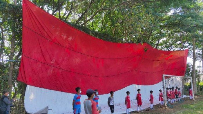 Warga Malang Kibarkan Bendera Merah Putih Jumbo Ukuran  30x21