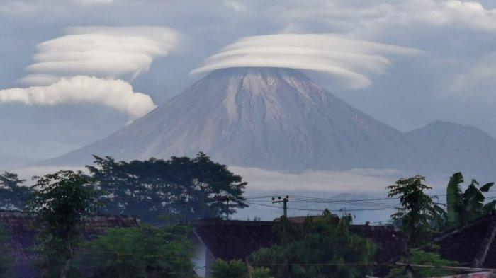Muncul Fenomena Awan Topi Caping Di Atas Puncak Gunung Semeru